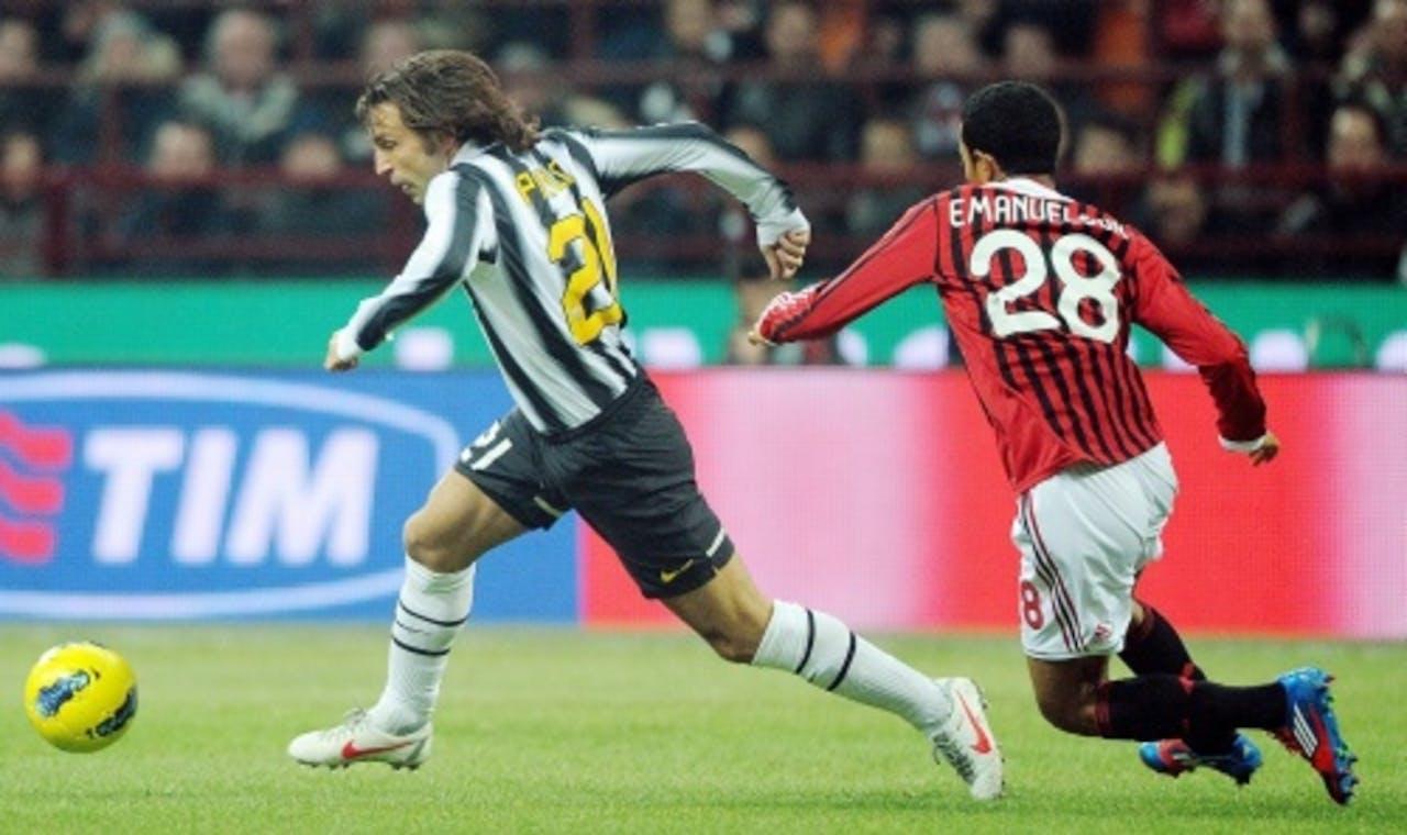 Andrea Pirlo (L) van Juventus in duel met Urby Emanuelson (R) van AC Milan. EPA