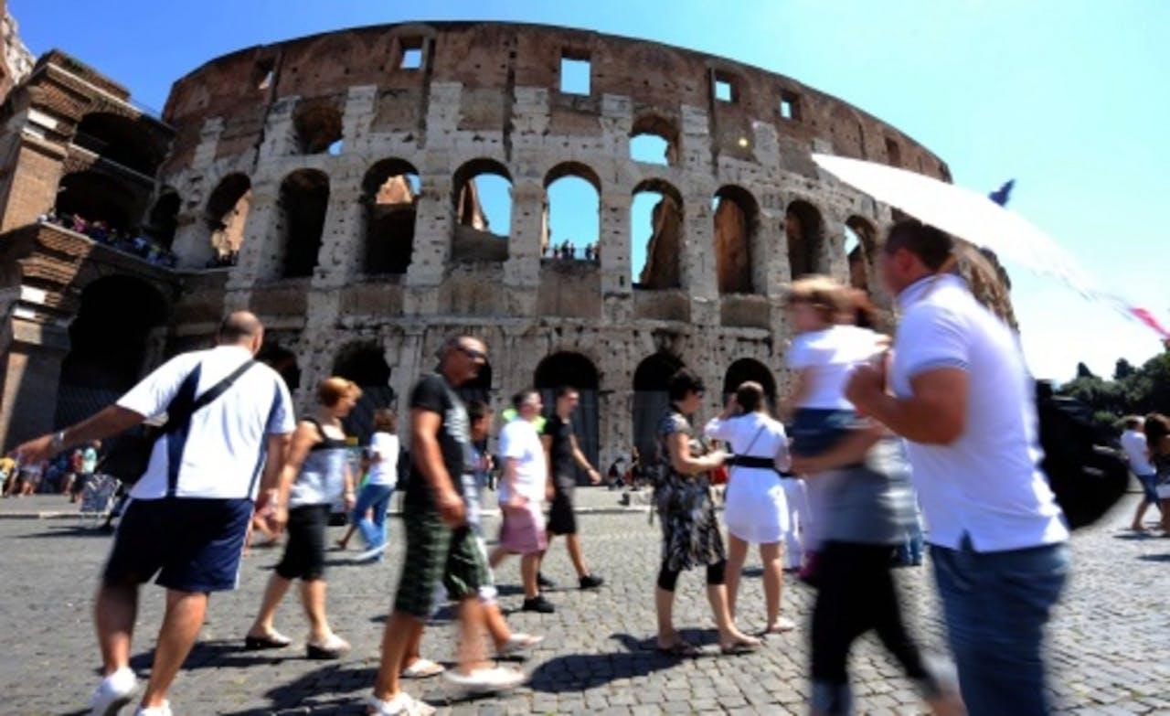 Toeristen bij het Coloseum in Rome. EPA