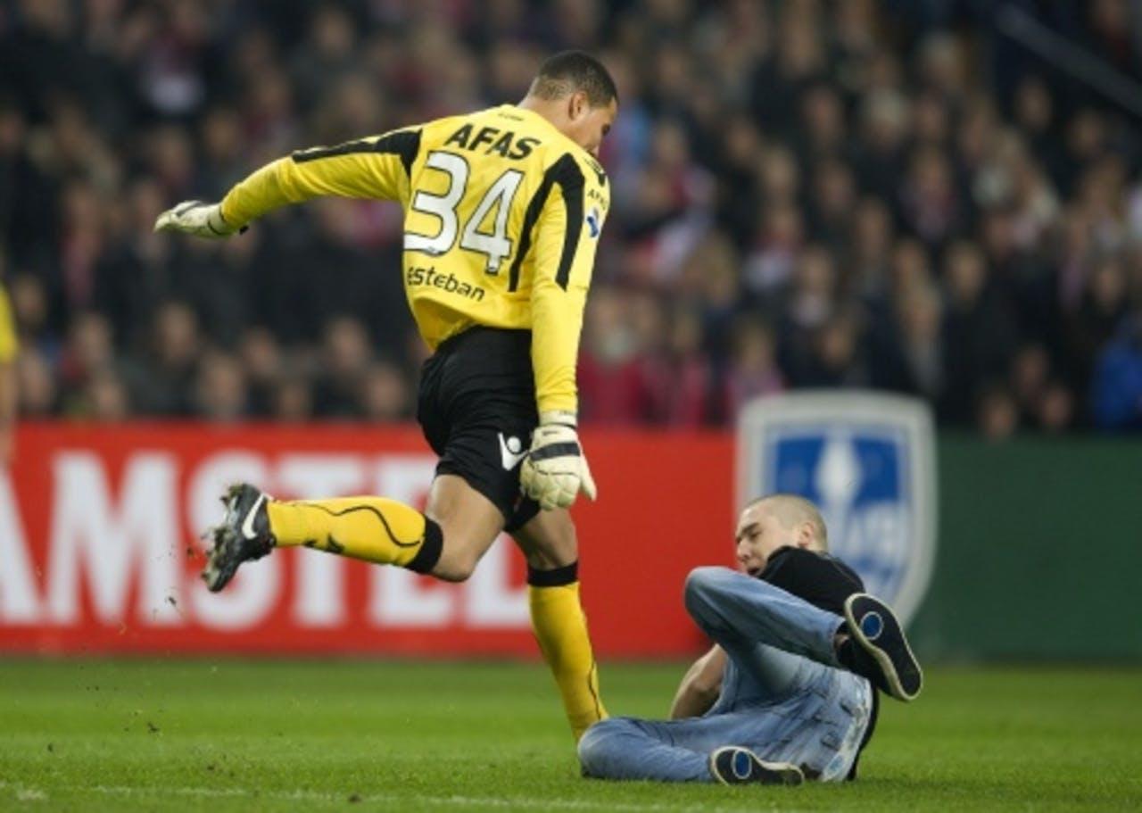 Doelman Esteban schopt zijn belager Wesley van W. tijdens het gestaakte bekerduel Ajax - AZ in de ArenA vorige maand. ANP