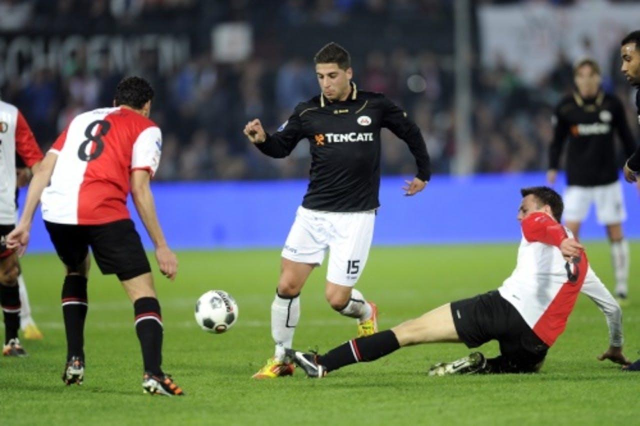 Ninos Gouriye (M) van Heracles in duel met Otman Bakkal (L) en Stefan de Vrij van Feyenoord. ANP