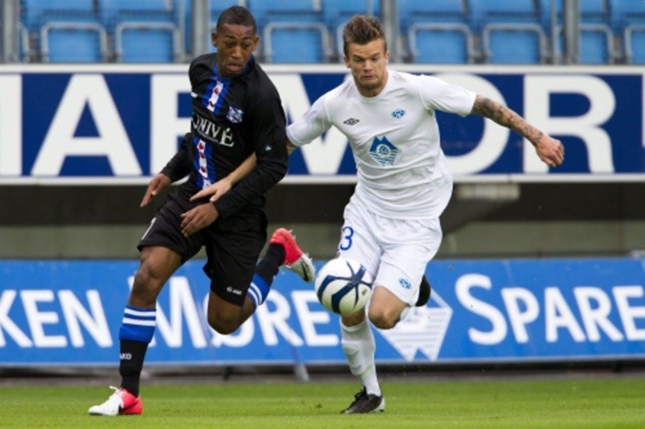 Knut Olav Rindaroy (R) van Molde in duel met Rajiv van la Parra van Heerenveen. EPA