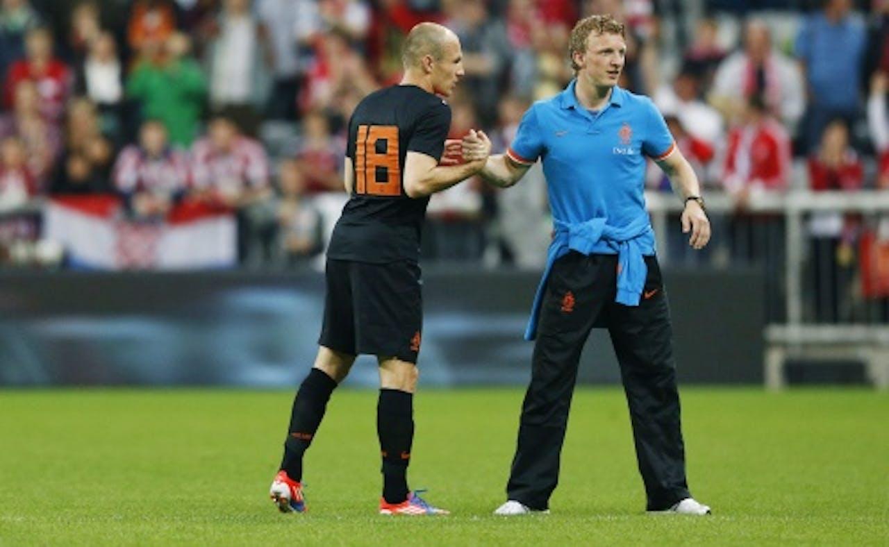 Arjen Robben (L) met Dirk Kuyt na afloop van het vriendschappelijke duel tegen Bayern München in de Allianz Arena. EPA
