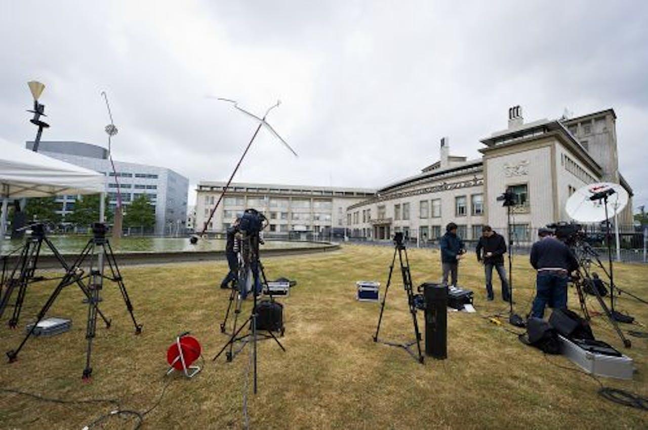 De pers verzamelt zich vrijdag voor het Joegoslavie-Tribunaal in Den Haag in afwachting van de aankomst van Mladic. ANP