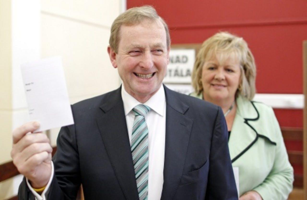 De Ierse premier Enda Kenny en zijn vrouw brengen hun stem uit. EPA