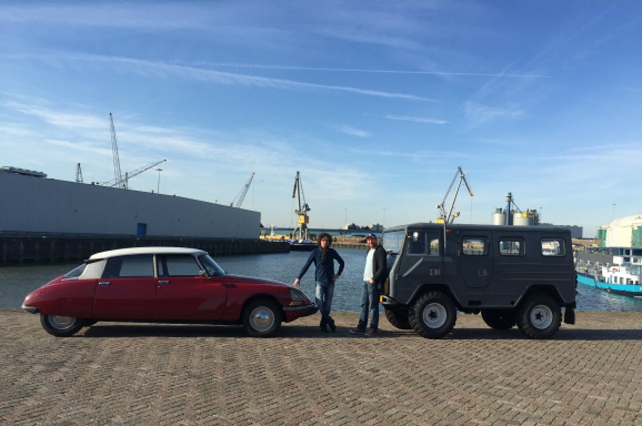 Voorzitter van de Stichting Rotterdamse Klassiekers, Niels van Ham (L). Zijn Citroën DS mag wél Rotterdam in. De man rechts is Sjoerd Sies, zijn Volvo C202 mag Rotterdam níet meer in.
