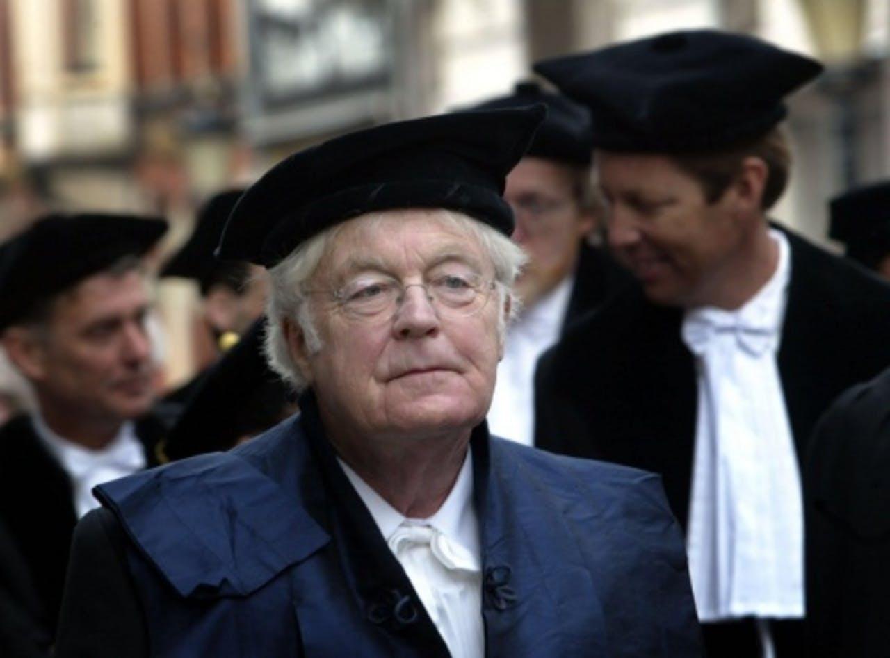 Rutger Kopland temidden van een stoet hoogleraren om het 366-jarig bestaan van de Universiteit Utrecht te vieren. ANP