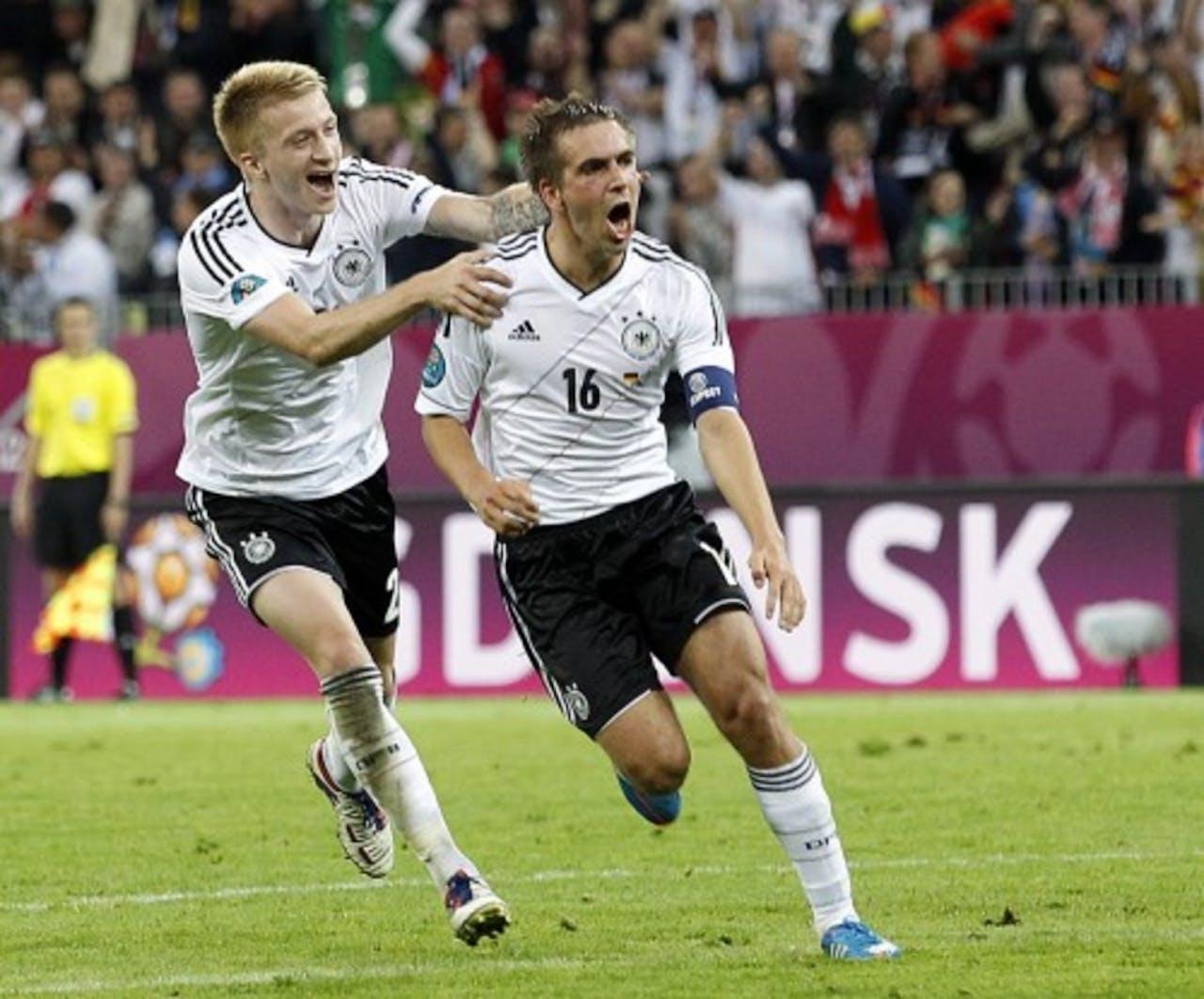 Philipp Lahm (R) van Duitsland viert zijn 1-0 tegen Griekenland met ploeggenoot Marco Reus (L). EPA