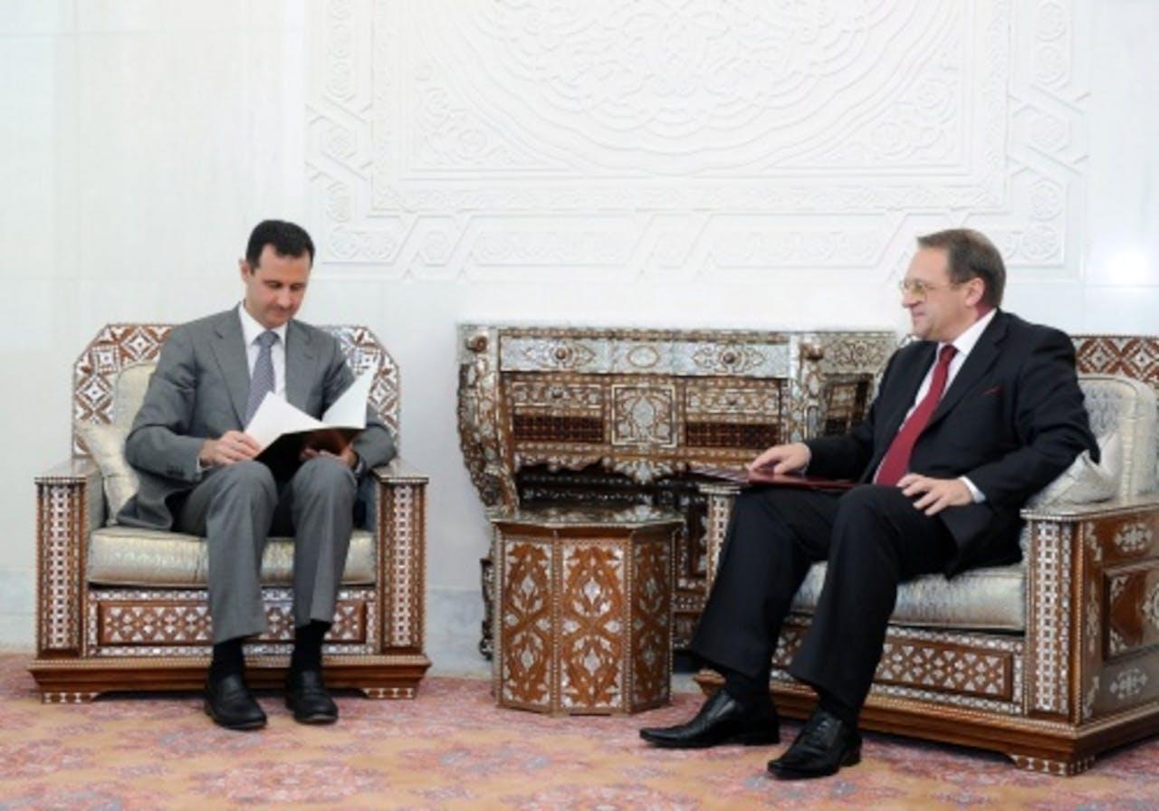 Archiefbeeld. Bashar Assad (L) en Michail Bogdanov (R) in augustus 2011. EPA