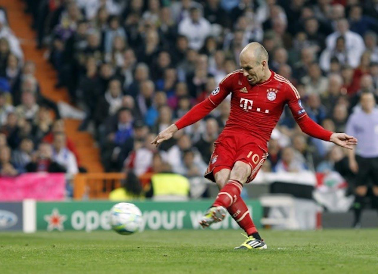 Arjen Robben van Bayern München maakt de 2-1 tegen Real Madrid uit een strafschop. EPA