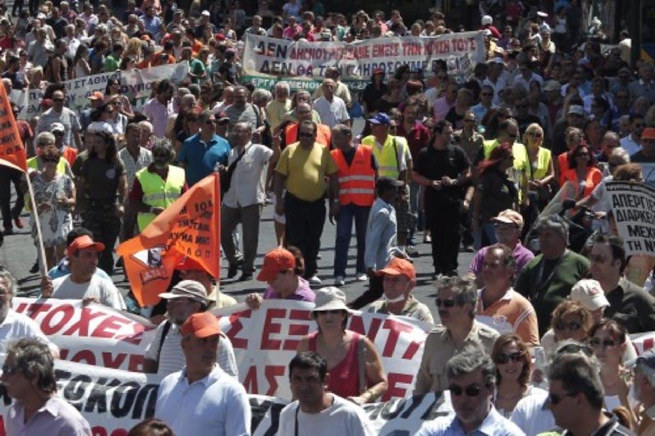 Archiefbeeld van Griekse burgers die protesteren tegen de hoge bezuinigingen in het land. EPA