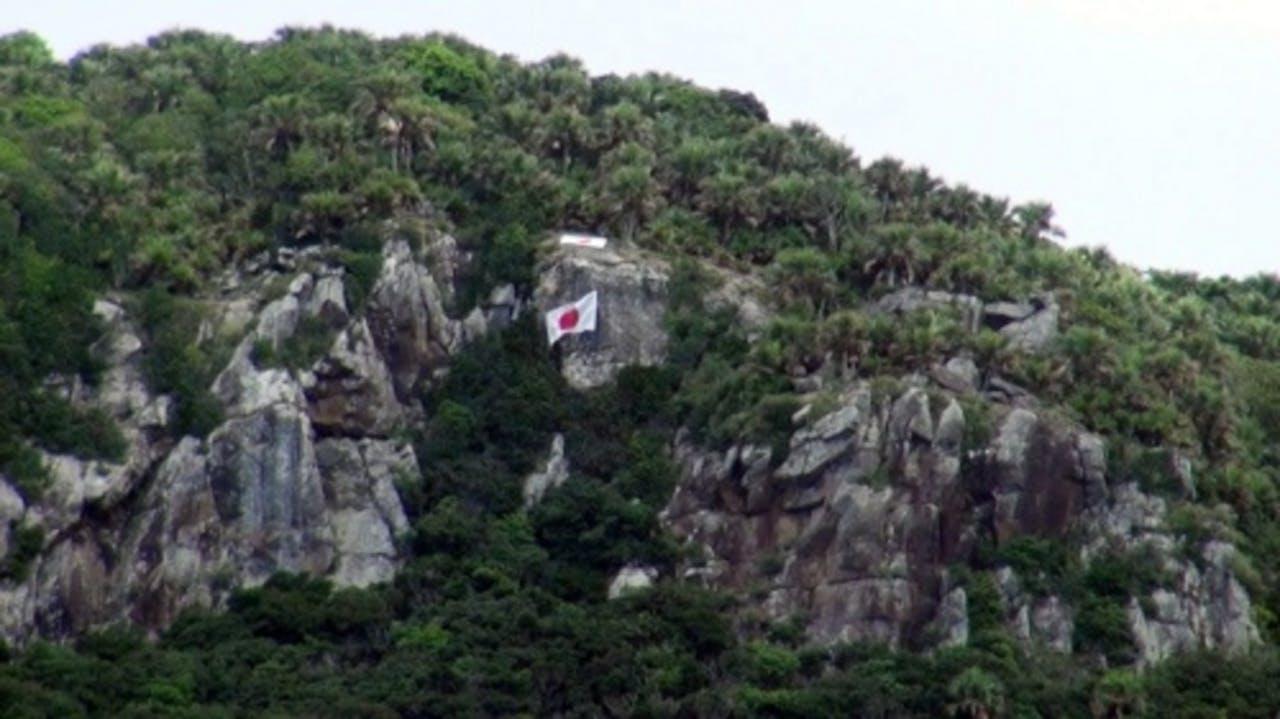 Een Japanse vlag wappert op een van de Senkaku-eilanden. EPA