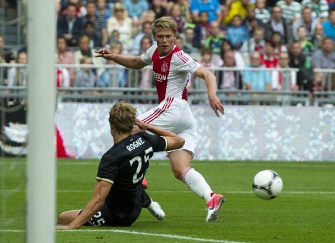 Viktor Fischer (R) van Ajax in duel met Thomas Rogne (L) van Celtic. ANP