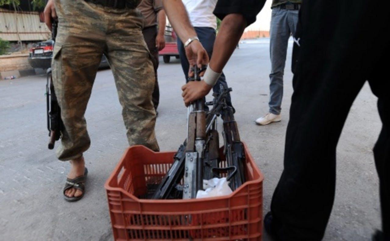Syrische rebellen pakken een geweer. EPA