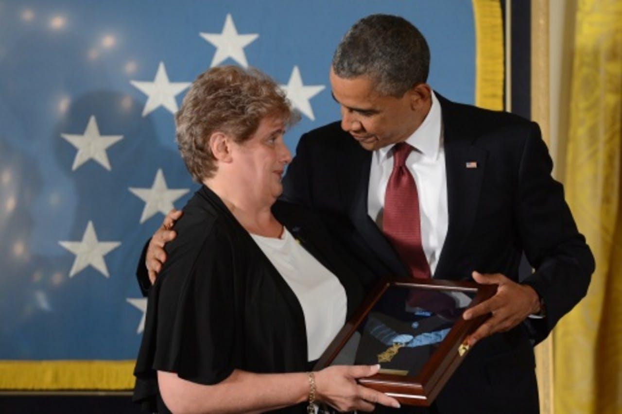 Rose Mary Sabo-Brown, weduwe van Leslie Sabo, krijgt de Medal of Honor van president Obama. EPA