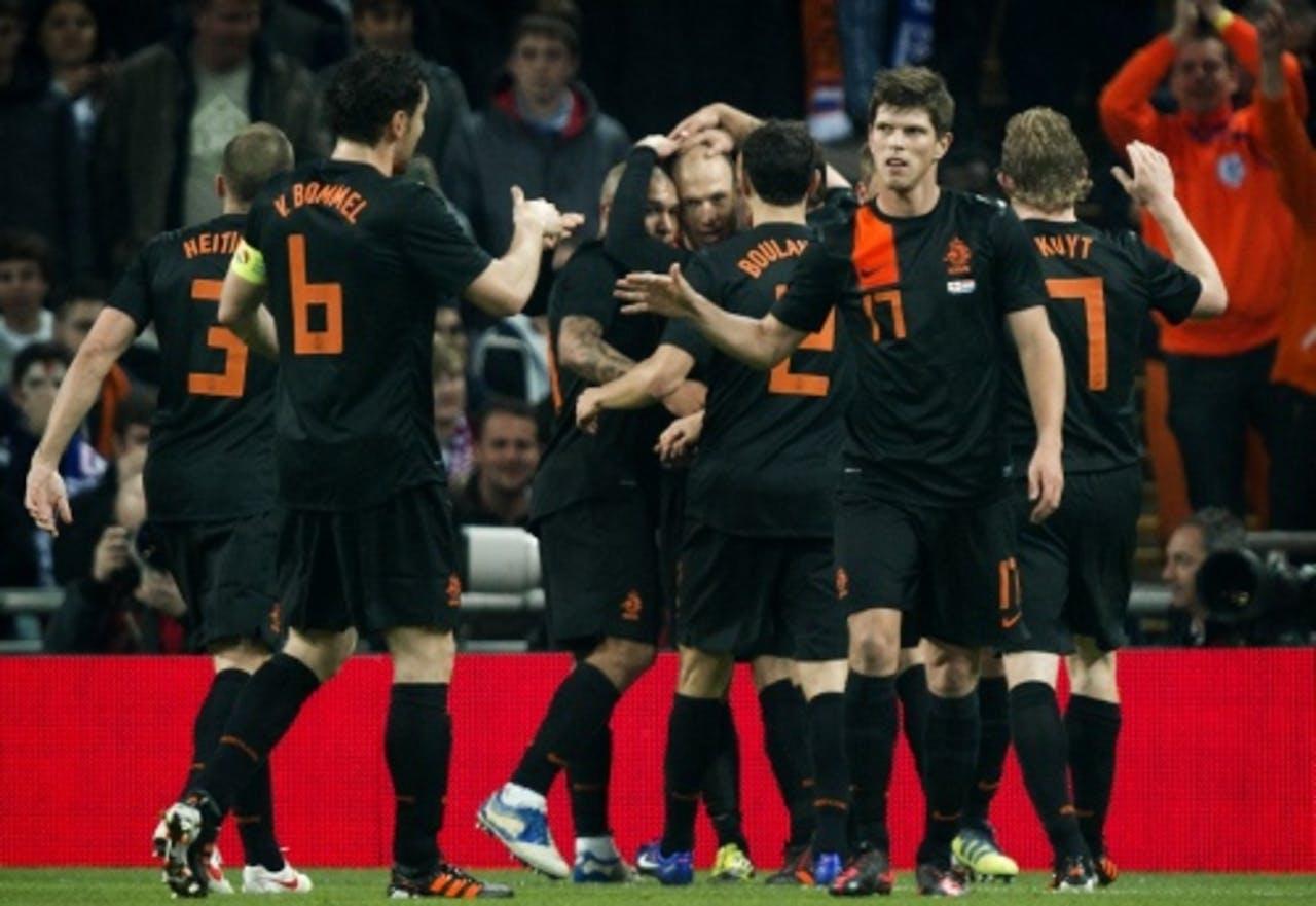 De spelers van het Nederlands elftal vieren de 0-1 van Arjen Robben (M) tegen Engeland. ANP