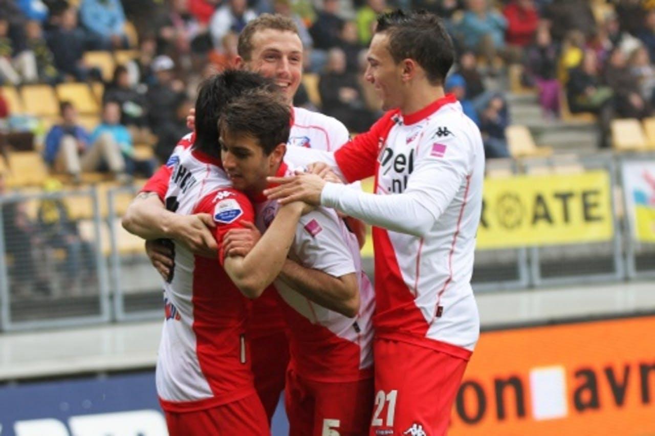 Yoshiaki Takagi van FC Utrecht wordt door zijn teamgenoten gefeliciteerd nadat hij de 0-2 heeft gescoord in de wedstrijd tegen Roda JC. ANP PRO SHOTS