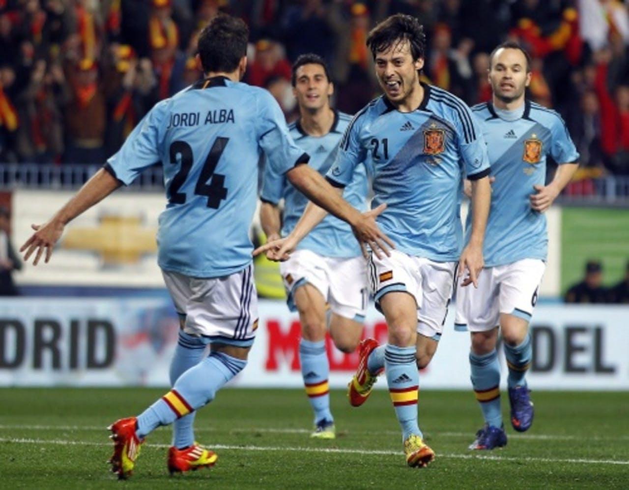 David Silva (tweede van rechts) van Spanje viert zijn doelpunt met teamgenoot Jordi Alba (L). EPA