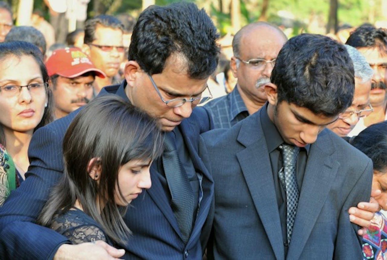 De man, dochter en zoon van Saldanha.