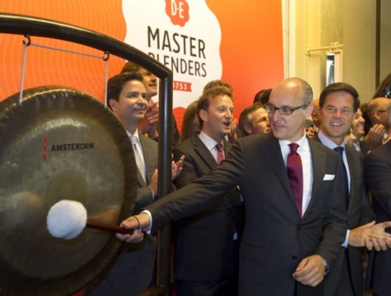 Michiel Herkemij slaat op de gong om de notering van DE aan NYSE Euronext te bekrachtigen. ANP