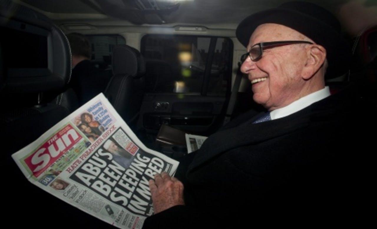 Rupert Murdoch met een eerdere uitgave van The Sun. ANP.