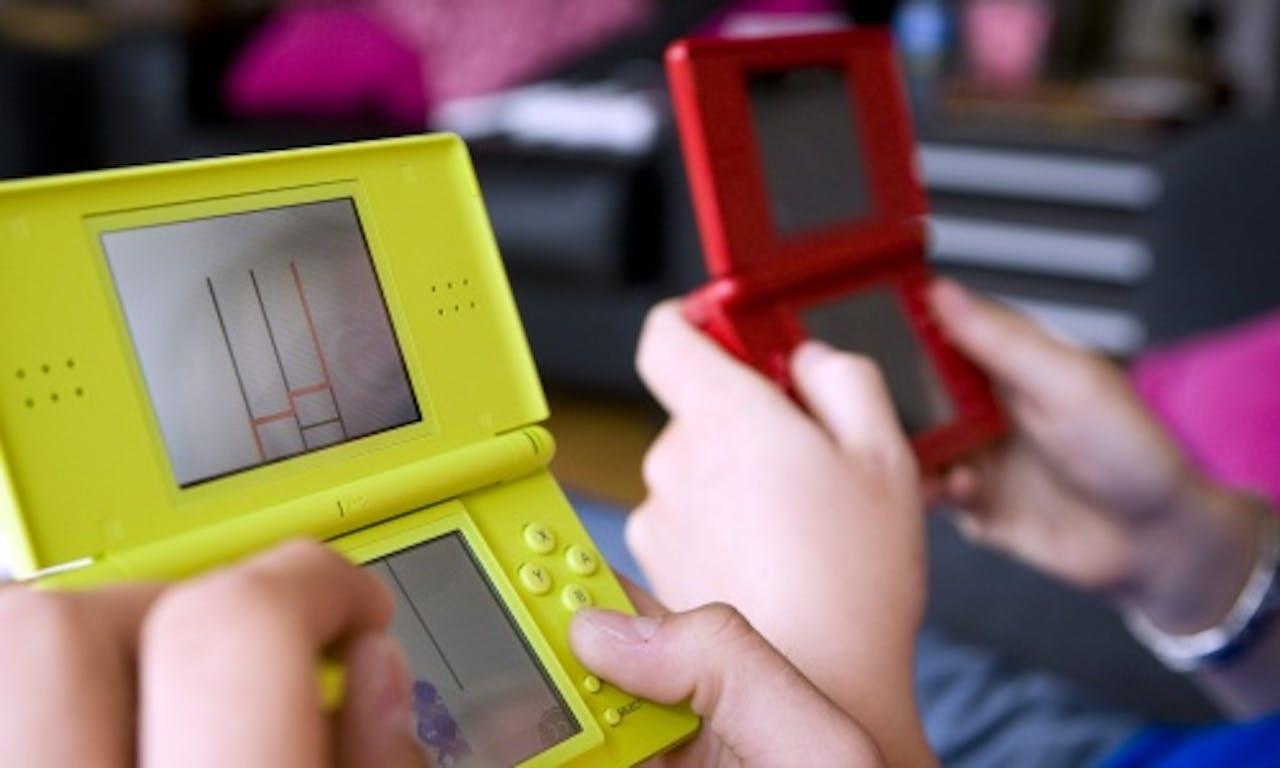 Gamen op de Nintendo DS. ANP