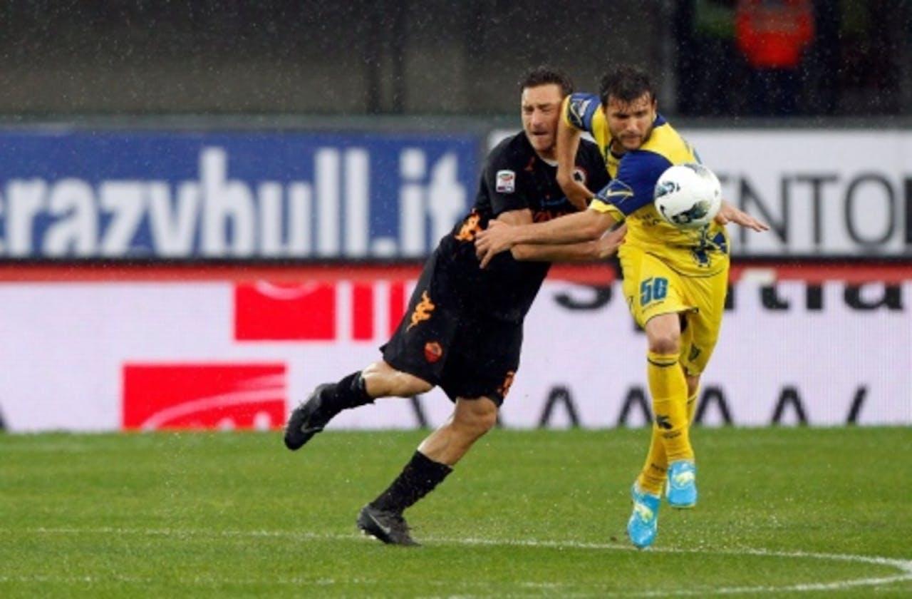 Perparim Hetemaj (R) van Chievo in duel met Francesco Totti van AS Roma. EPA