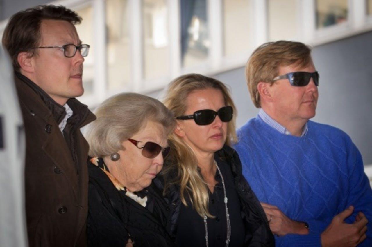 Prins Constantijn, koningin Beatrix, prinses Mabel en prins Willem Alexander arriveren bij het Landeskrankenhaus. ANP