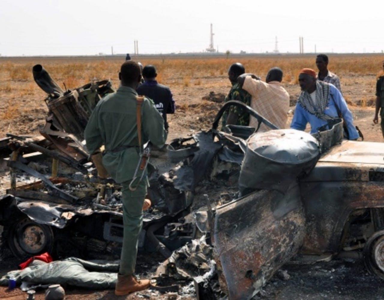 Een uitgebrande auto in Heglig (archieffoto, 28 maart 2012). EPA