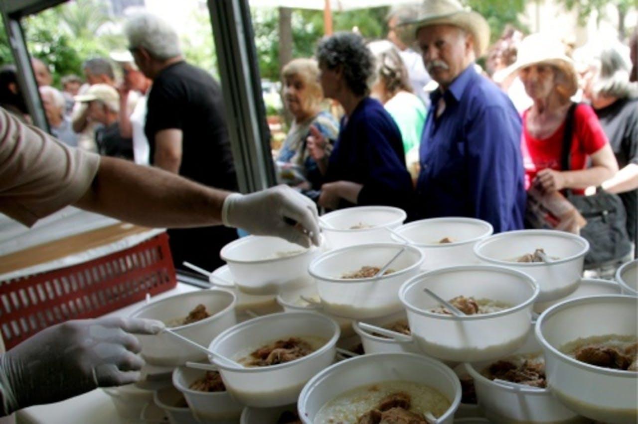 Arme Grieken staan in de rij voor een maaltijd. EPA