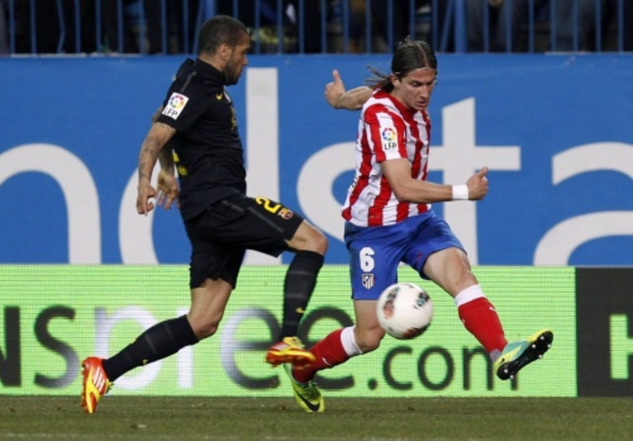 Filipe Luis Kasmirski (R) van Atletico Madrid in duel met Daniel Alves van Barcelona. EPA