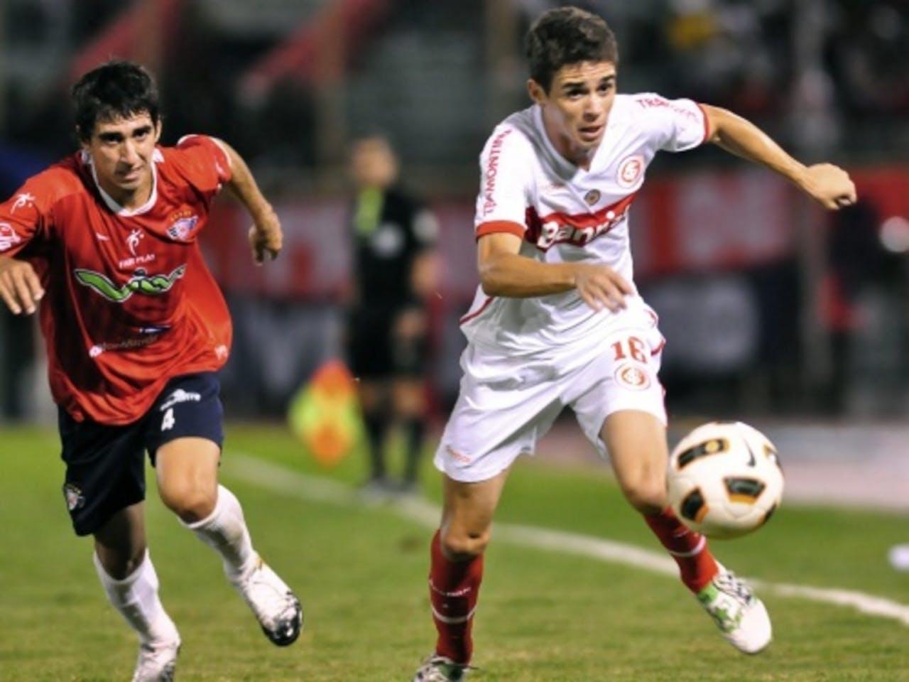 Oscar (R) van het Braziliaanse Internacional in duel met Lucas Fernandez (L) van het Boliviaanse Wilstermann. EPA