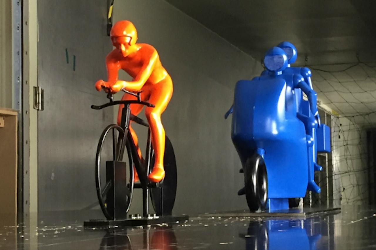 De schaalmodellen van een wielrenner en een motorrijder die zijn gebruikt voor de windtunnelmetingen (Foto: TU Eindhoven)