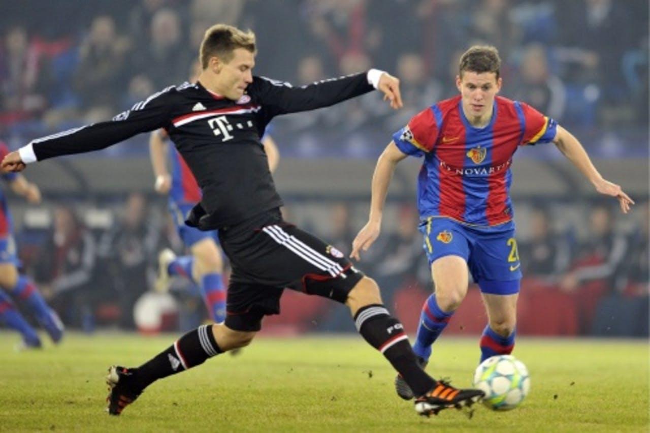 Holger Badstuber (L) van Bayern München in duel met Fabian Frei (R) van Basel. EPA