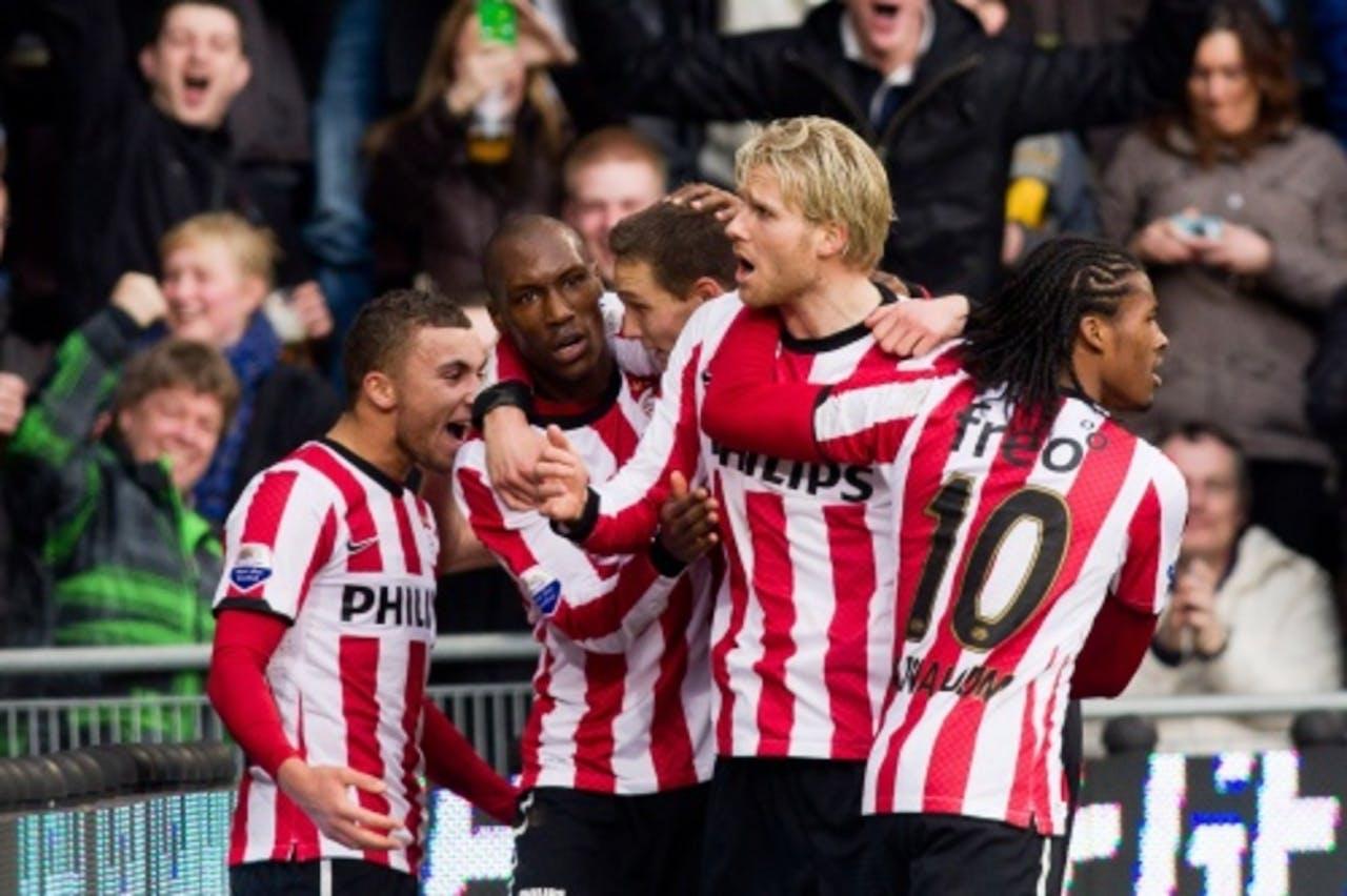 PSV-speler Ola Toivonen (tweede van rechts) wordt door zijn teamgenoten gefeliciteerd na zijn treffer tegen Feyenoord. ANP PRO SHOTS