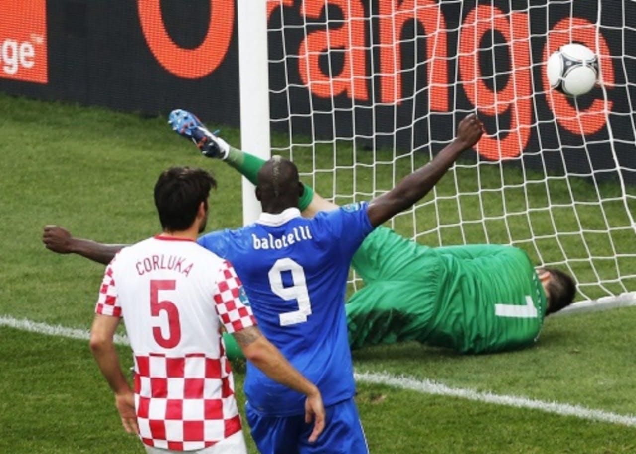 Balotelli viert het doelpunt van Andrea Pirlo. EPA