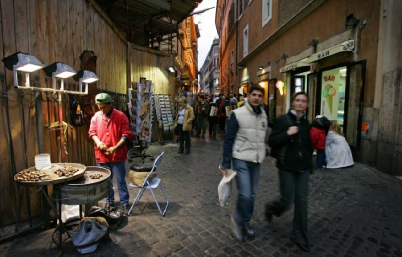 Mensen winkelen in Rome. ANP