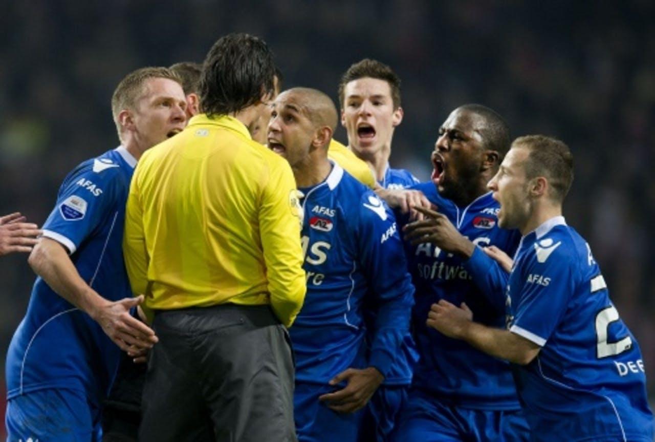 Spelers van AZ protesteren tijdens de bekerwedstrijd tegen Ajax bij scheidsrechter Bas Nijhuis tegen de rode kaart van keeper Esteban. ANP