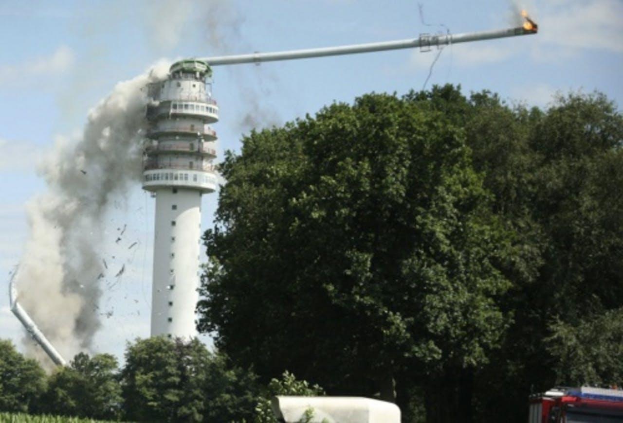De zendmast in Hoogersmilde stortte na een brand gedeeltelijk in. ANP