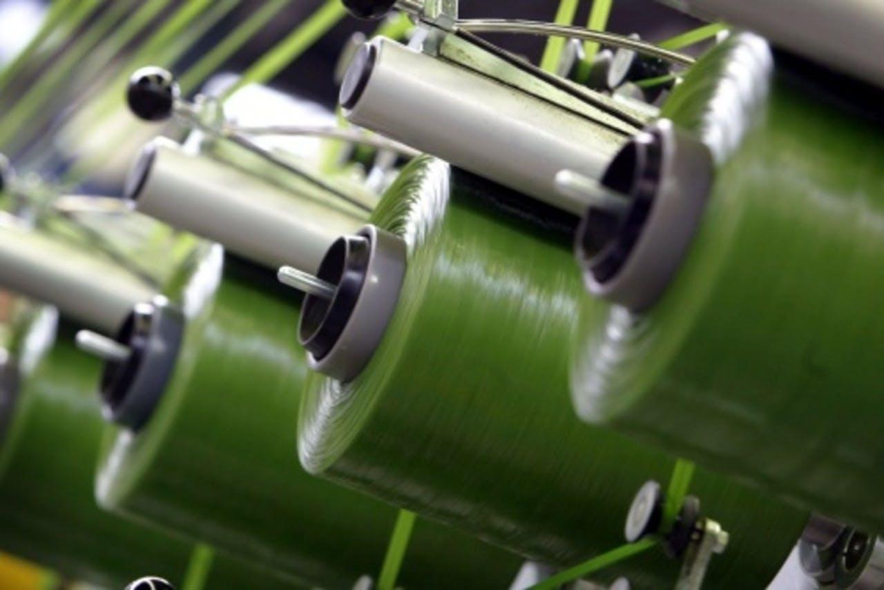 Bij Koninklijke Ten Cate worden de vezels gemaakt waarmee kunstgras wordt geproduceerd. ANP