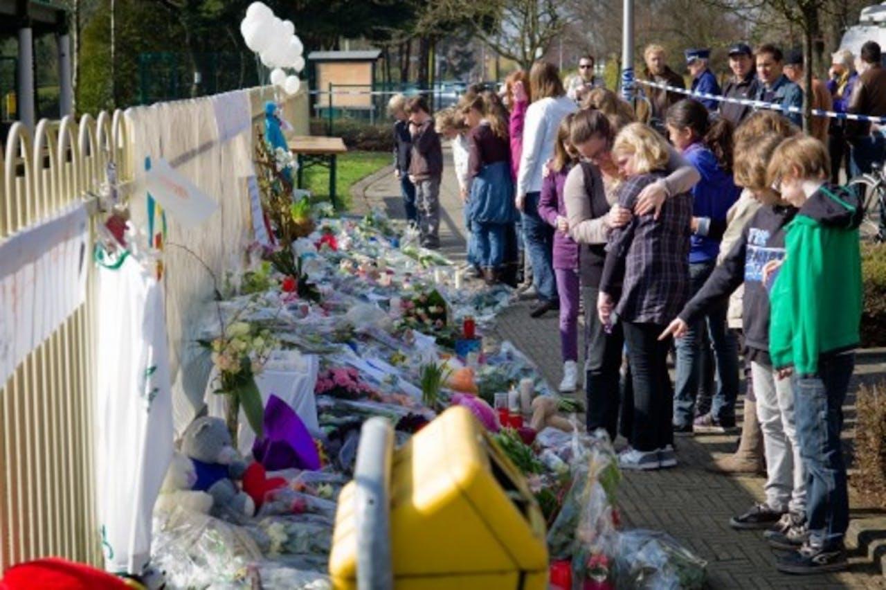 Mensen leggen bloemen voor de slachtoffers van het busongeluk in Zwitserland. ANP
