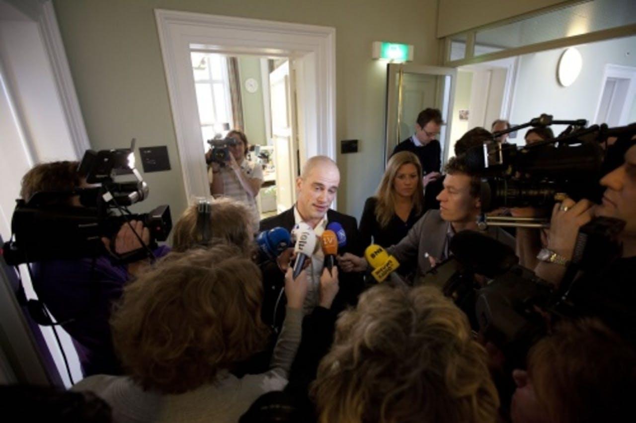 PvdA Tweede Kamerlid Diederik Samsom staat de pers te woord, op weg naar de extra fractievergadering. ANP