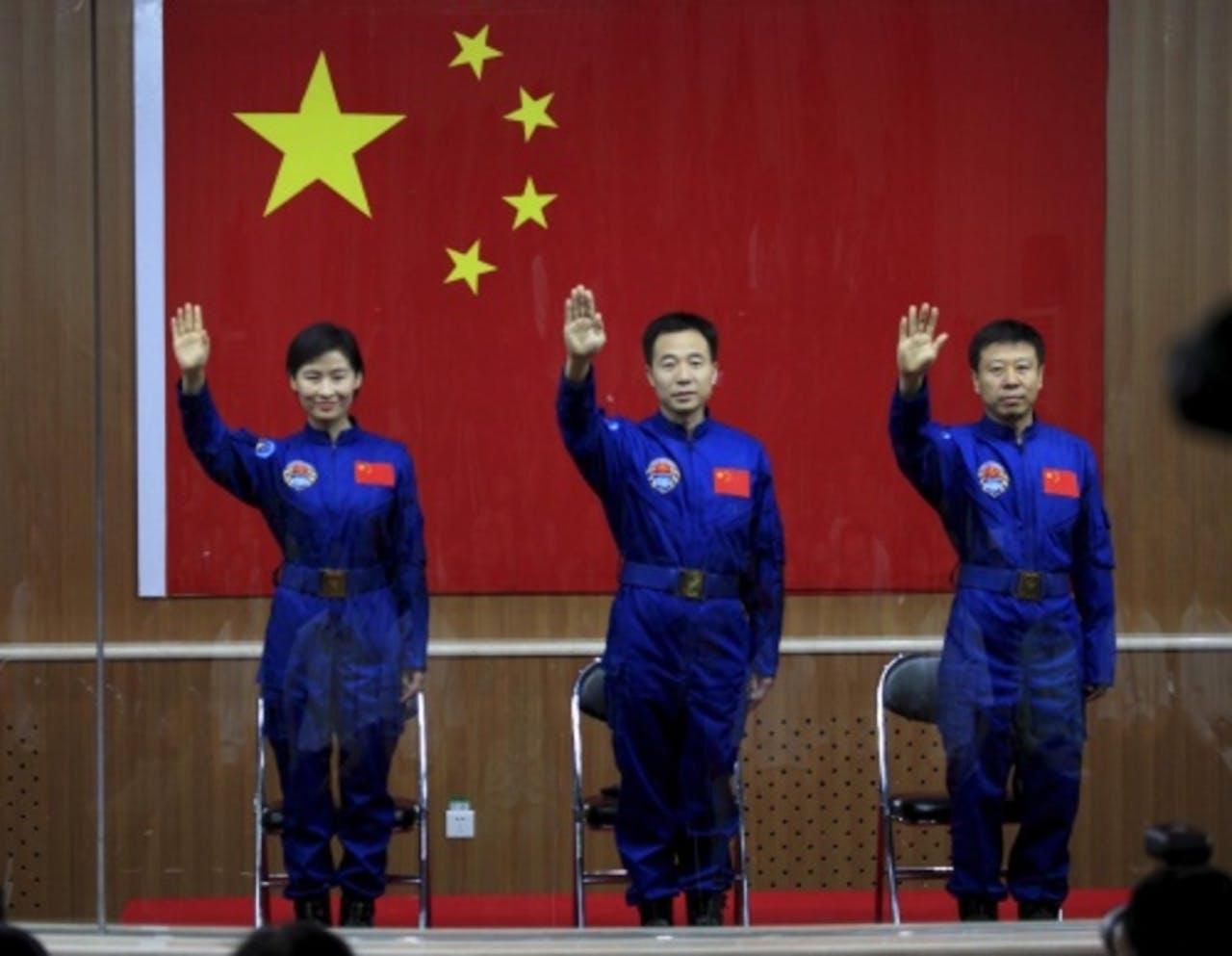 Liu Yang (L) en haar collega's. EPA