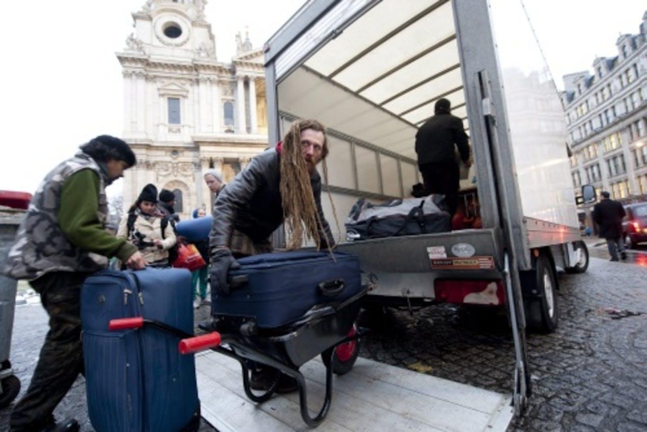 Een Occupyer in Londen pakt zelf alvast zijn boeltje. ANP.
