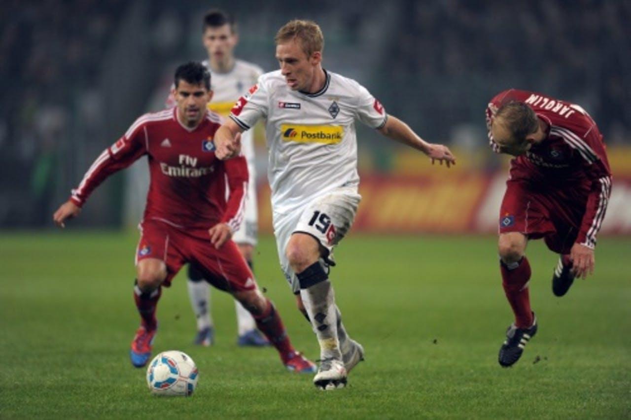 Borussia Moenchengladbach-speler Mike Hanke in duel met David Jarolim (R) Hamburger SV. EPA