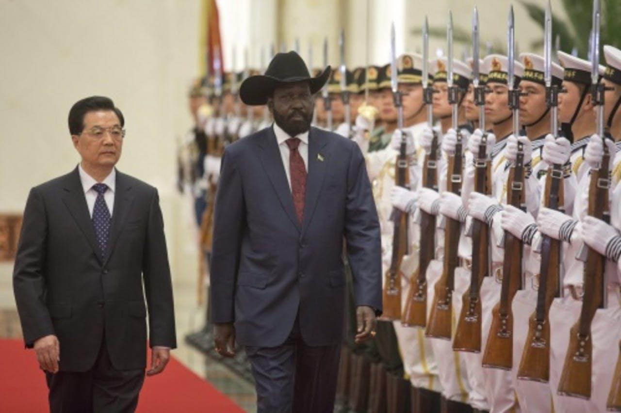 De Chinese president Hu Jintao (L) en de president van Zuid-Sudan, Salva Kiir. EPA