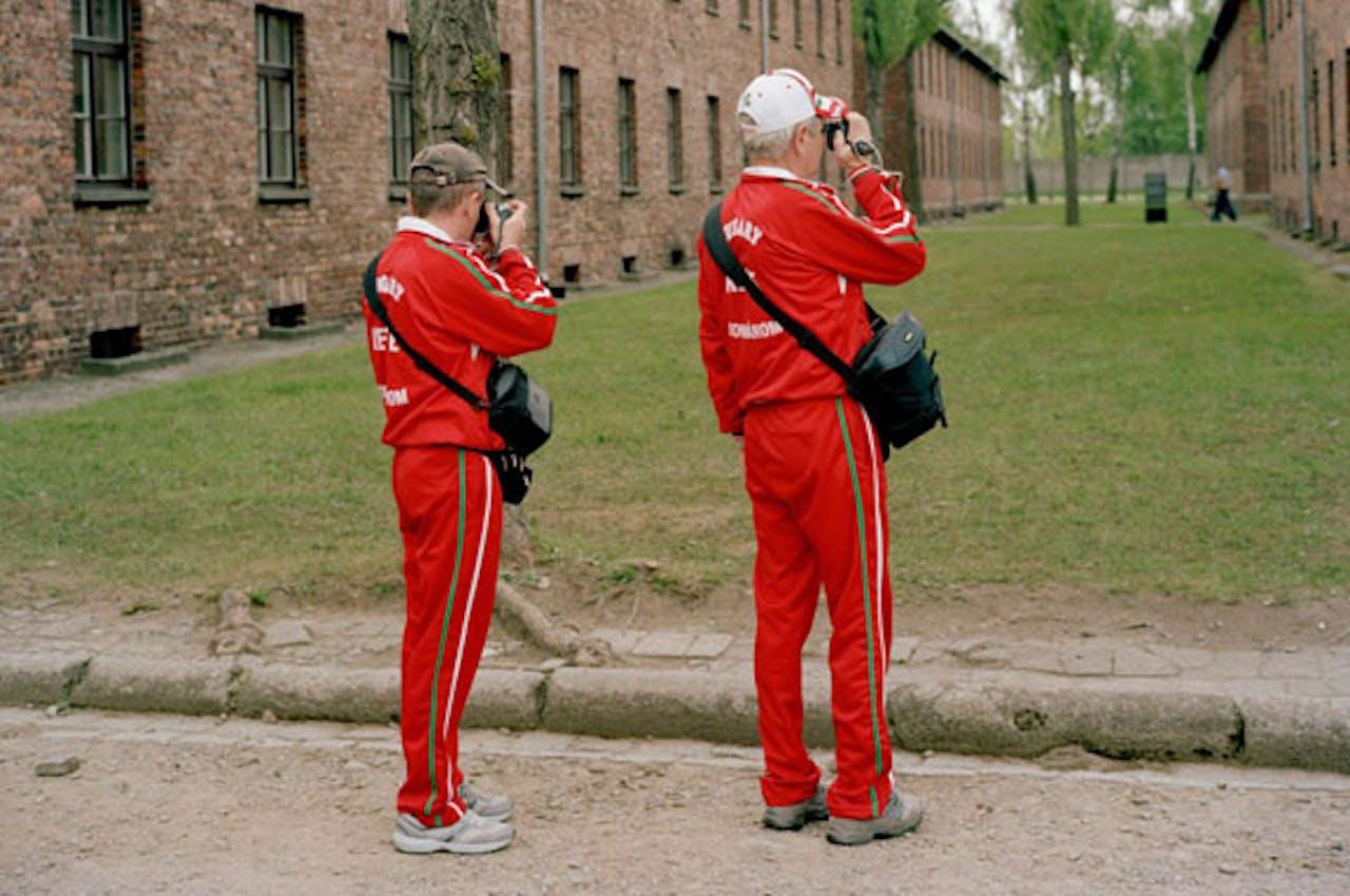 Bezoekers van Auschwitz/Birkenau. Foto: Roger Cremers, uit expositie 'World War Two Today'.