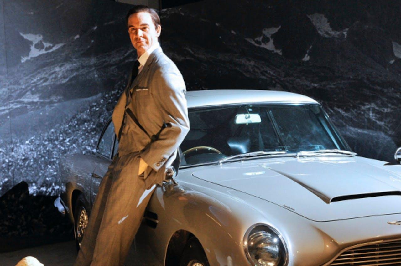 Een wassenbeeld van Sean Connery met zijn Aston Martin.
