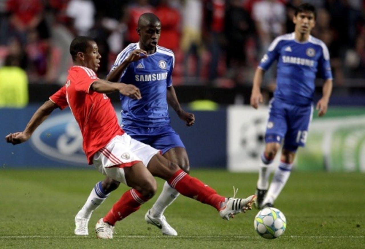 Emerson (L) van Benfica in duel met Chelsea-speler Ramirez. EPA