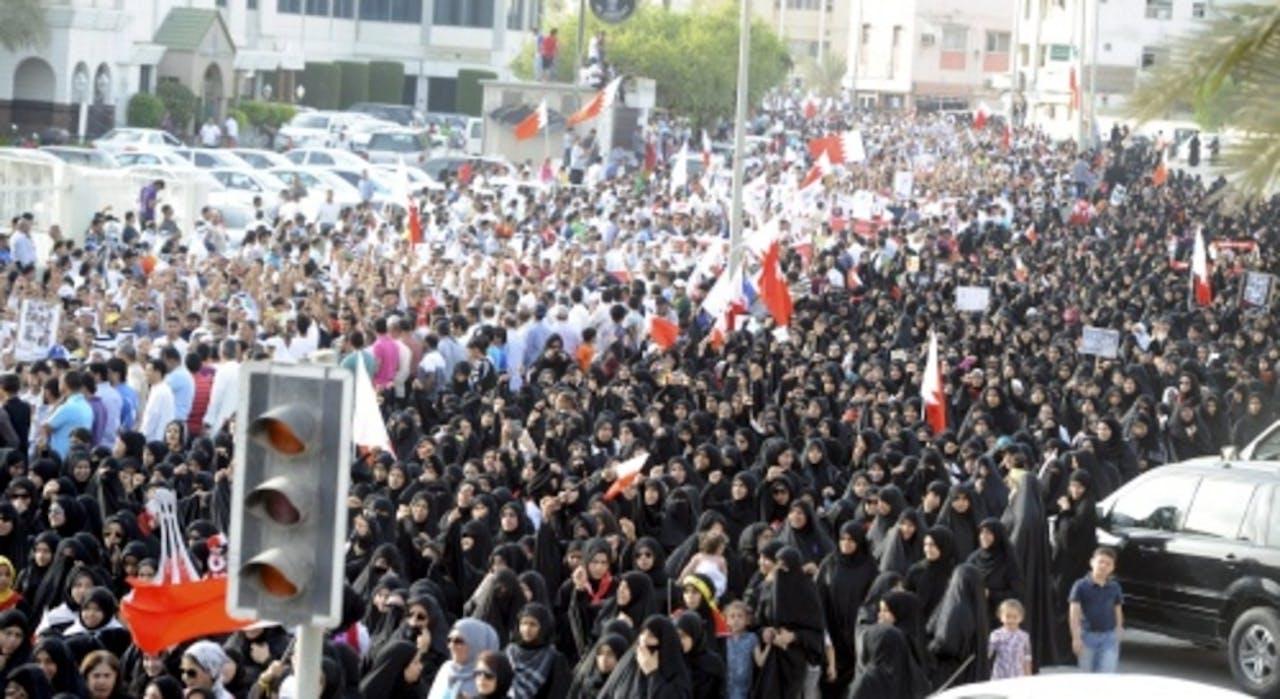 Inwoners van Bahrein protesteren eind april 2012 voor hervormingen. EPA