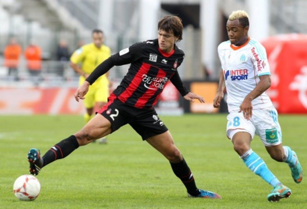 Jordan Ayew (R) van Olympique Marseille in duel met Nice-speler Renato Civelli. EPA